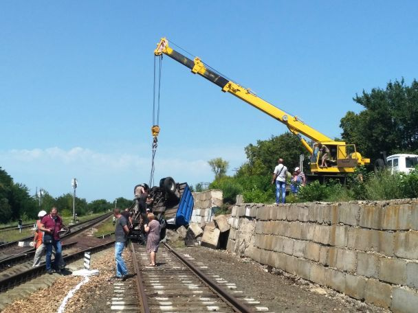 На Черкасчине грузовик слетел на железнодорожные пути и перевернулся на крышу