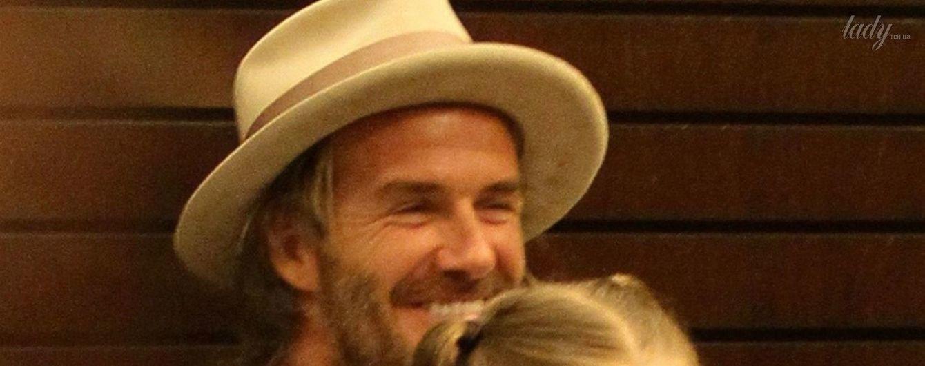 В забавной шляпе и с дочерью на руках: Дэвид Бекхэм на презентации фотокниги сына Бруклина