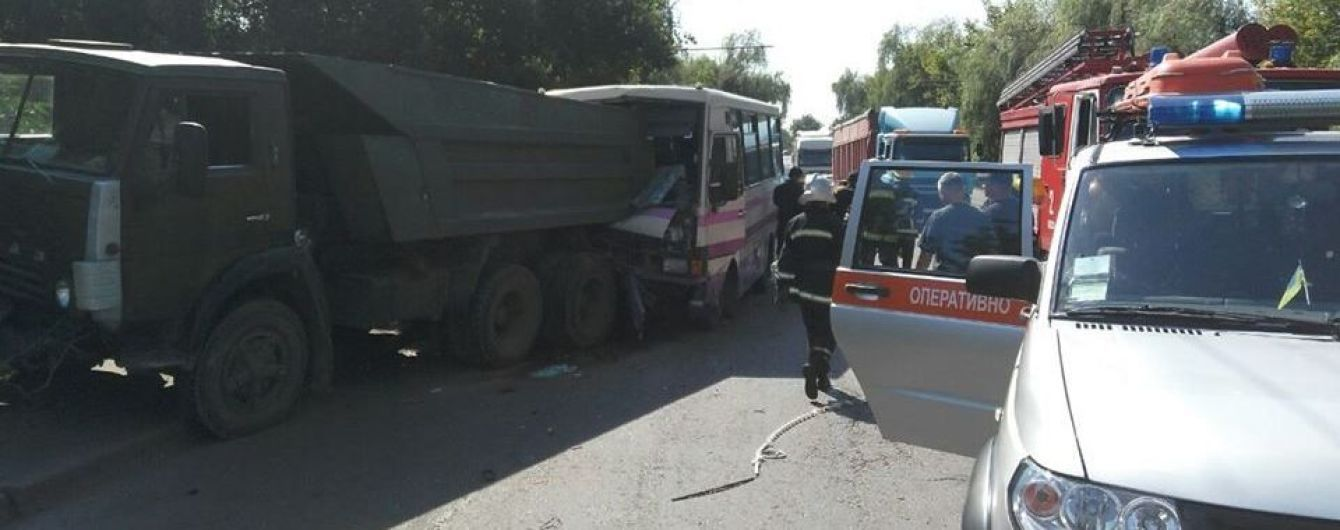 В Луцке маршрутка врезалась в КамАЗ