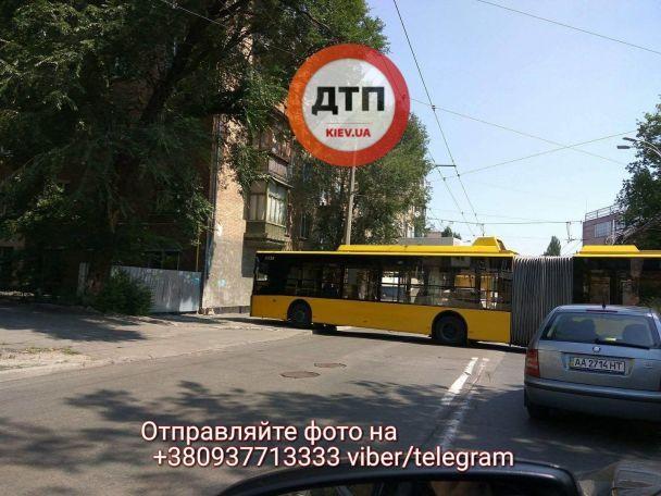 У Києві тролейбус на повній швидкості протаранив житловий будинок