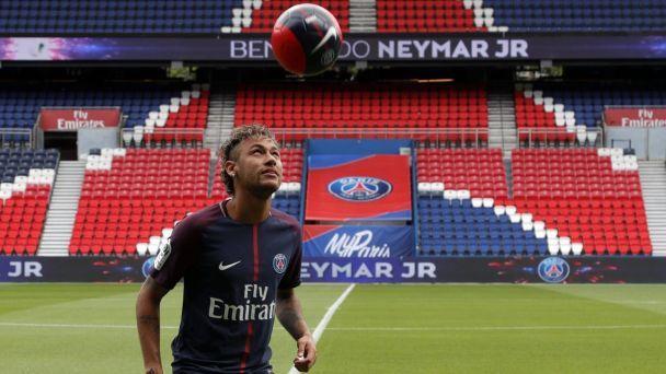 Неймар набил мяч на стадионе ПСЖ и заявил, что перешел не из-за денег