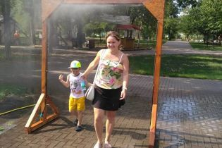 """В столичном парке для спасения от жары установили """"душ"""""""