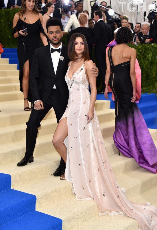 Гомес у басейні розповіла про тривале лікування і стосунки із репером The Weeknd
