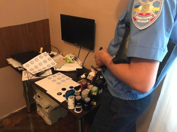 Фіктивні кредити і махінації з картками на бензин: на Львівщині виявили конвертаційний центр