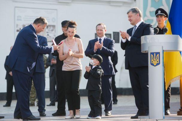 Осуществление мечты: на празднике Нацполиции Аваков и Порошенко вручили жетон больному раком мальчику