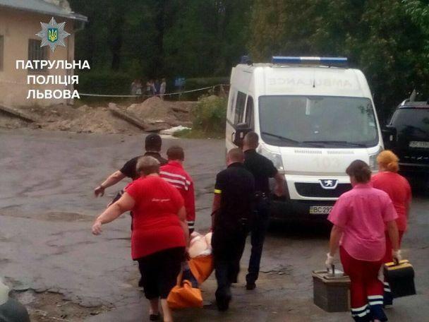 Моторошні крики і закривавлені люди: з'явилося відео штурму психлікарні у Львові, де пацієнт захопив заручників