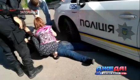 В Запорожье патрульные переехали женщину