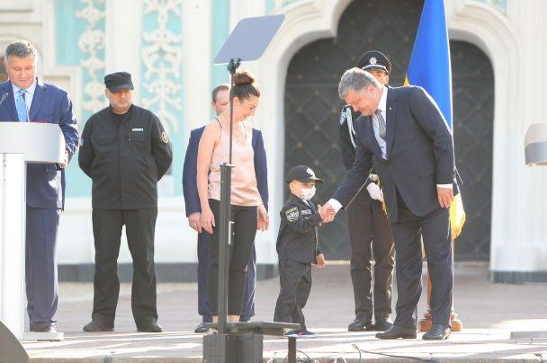 Здійснення мрії: на святі Нацполіції Аваков і Порошенко вручили жетон хворому на рак хлопчику