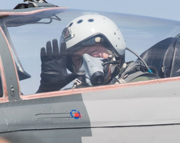 Порошенко на бойовому винищувачі прилетів до аеродрому на Вінниччині