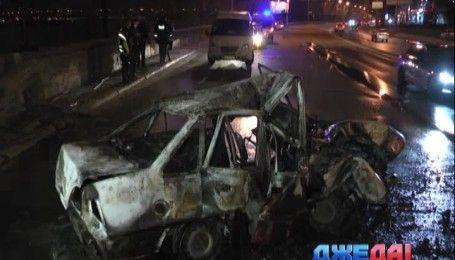 В Киеве 20-летний водитель на скорости влетел в электроопору