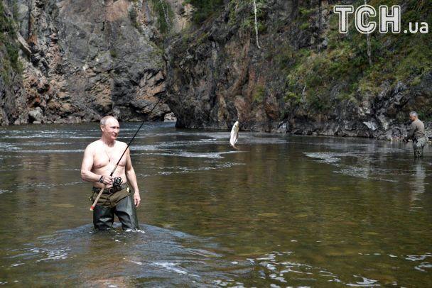 Оголений торс і дві години гонитви за щукою. Як Путін на рибалку їздив