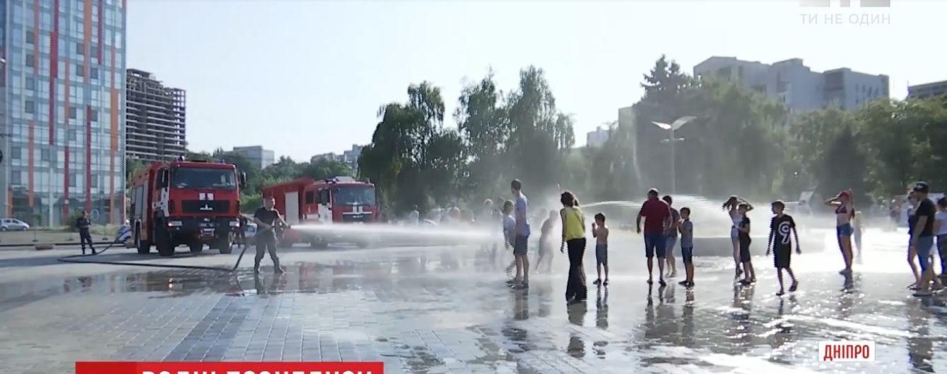 В Днепре пожарные в жару начали поливать горожан водой из гидрантов
