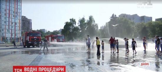 У Дніпрі пожежники в спеку почали поливати містян водою з гідрантів