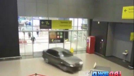 В Казани экс-правоохранитель разнес аэропорт на собственном авто