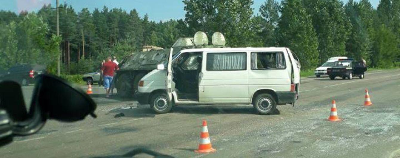 Военный БТР столкнулся с микроавтобусом на Ровенщине