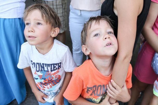 У Києві та Чернігові зібралися разом десятки близнюків, щоб відсвяткувати рекордом своє свято