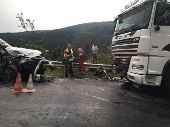 На Прикарпатті у смертельній ДТП легковик вилетів на зустрічну смугу і врізався з вантажівкою