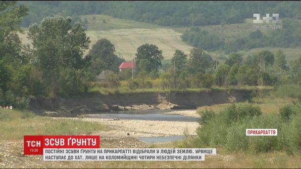 На Прикарпатье из-за оползней грунта могут сползти вниз к реке и дома