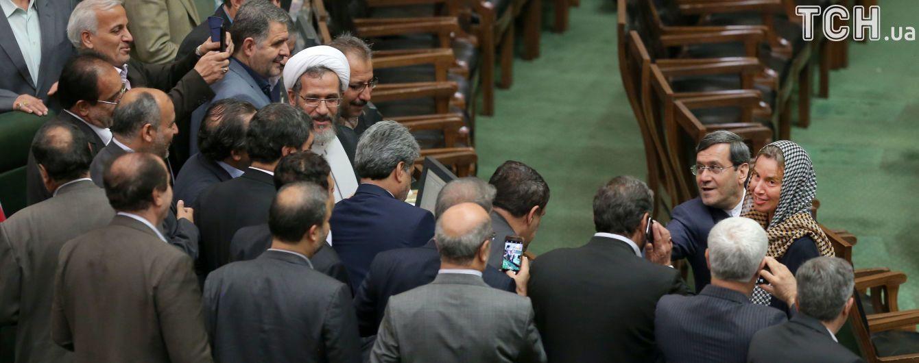 """Селфи депутатов-мужчин с Могерини вызвал """"сексуальный"""" скандал в мусульманском Иране"""