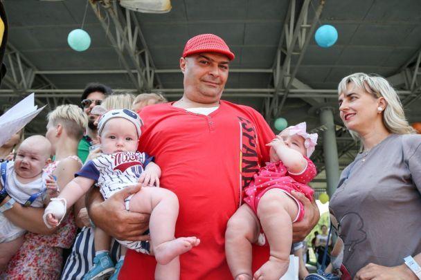 В Киеве и Чернигове собрались вместе десятки близнецов, чтобы отпраздновать рекордом свой праздник