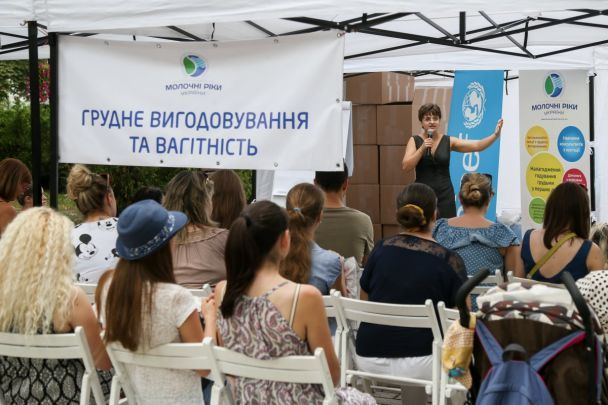 У Києві в парку зібралися молоді мами, аби погодувати своїх немовлят грудьми