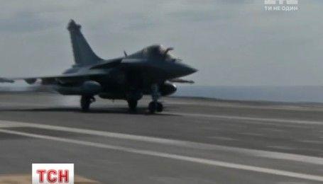 Французских военных пилотов на службе угощают блюдами высокой кухни
