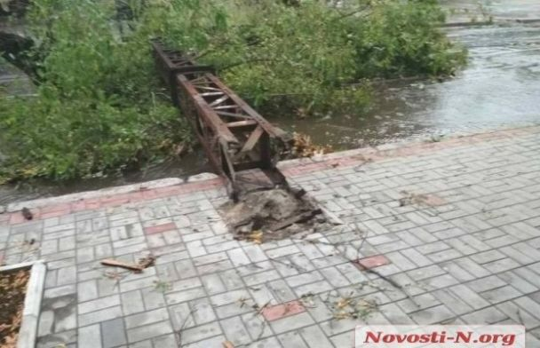 Сломанные деревья, оборванные провода и град: Николаев атаковал обильный ливень