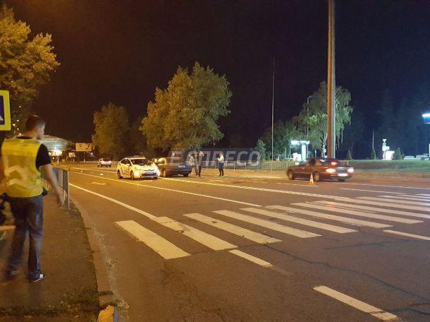 Кров і розкидані продукти: у Києві Mercedes збив двох пішоходів