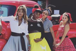 В кедах и пышных юбках: Лонгория, Сиара и другие звезды на ретро-вечеринке Серены Уильямс