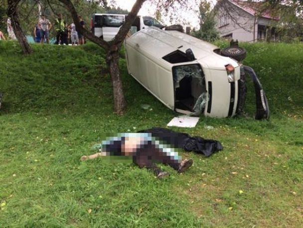 На Закарпатті авто із водієм зірвалось у прірву