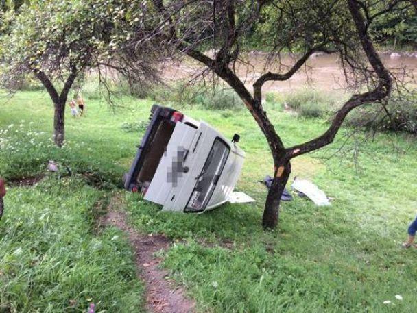 На Закарпатье авто с водителем сорвалось в пропасть
