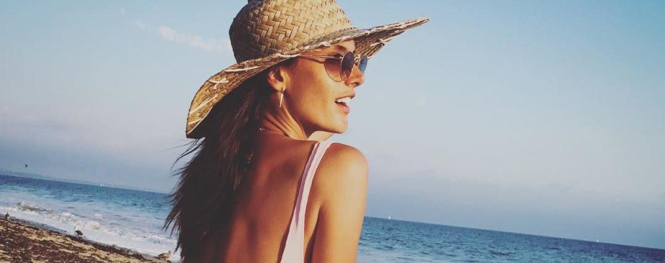 В белом купальнике и шляпе: Алессандра Амбросио похвасталась идеальной фигурой
