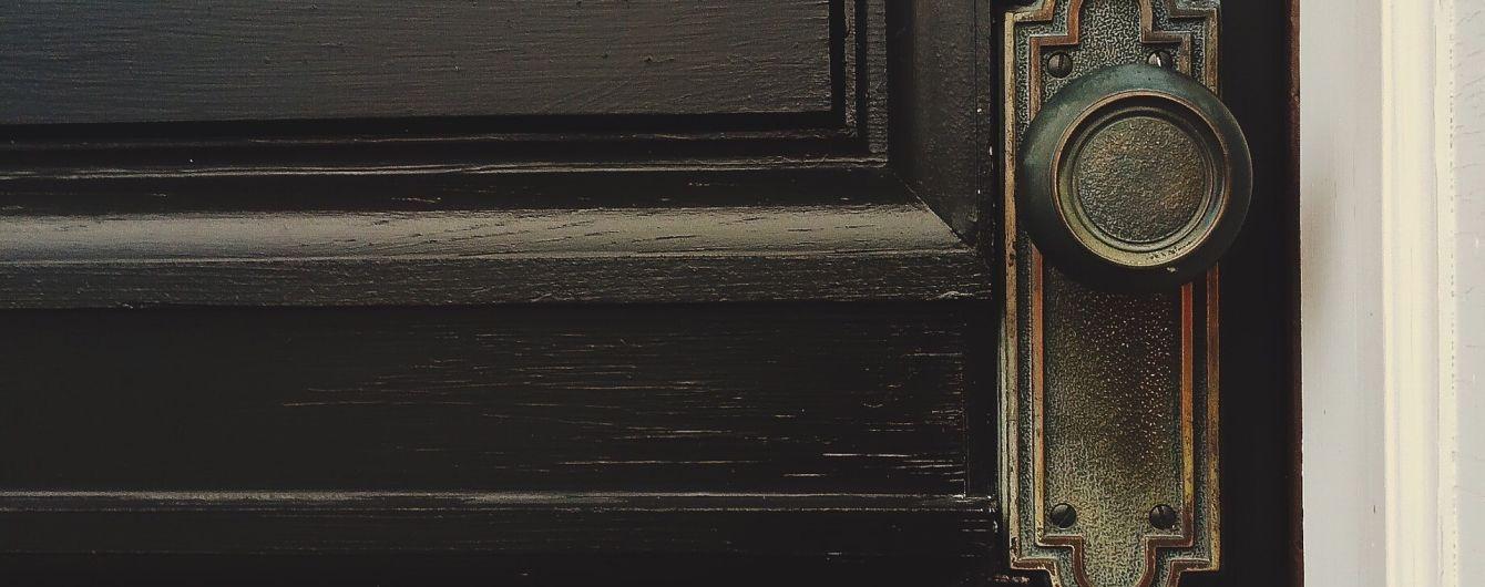 В Харькове пенсионерка повесилась на ручке межкомнатной двери