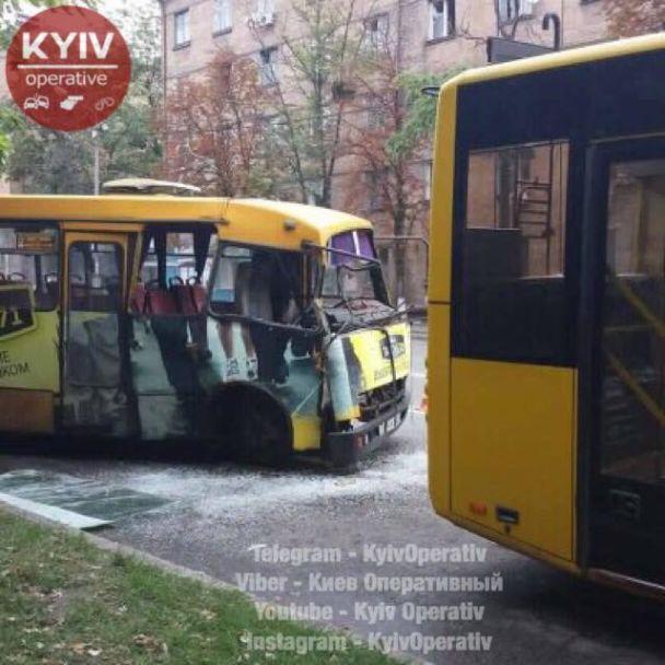На столичном Печерске маршрутка протаранила троллейбус