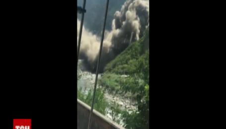 Масштабный оползень в Китае на 3 часа заблокировал национальную автомагистраль