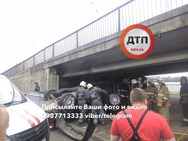 Серйозное ДТП в Киеве: BMW на Набережной перевернулась и влетела в столб