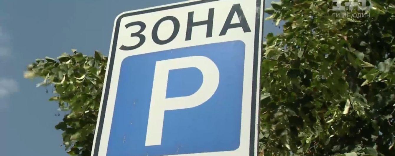 Парковаться по-новому: в первый день новых правил в Киеве продолжали сбор наличных денег с водителей