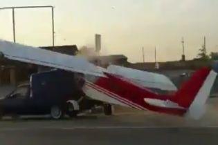 В Чечне самолет влетел в грузовик на пешеходном переходе