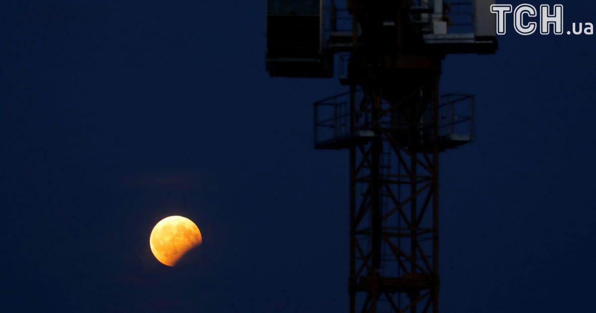 Місячне затемнення, яке спостерігали в Афінах, Греція. @ Reuters