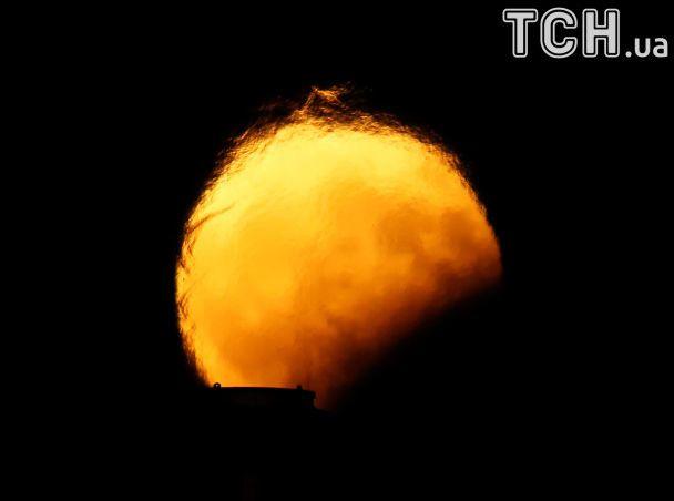 Reuters показало фото яркого лунного затмения 7 августа