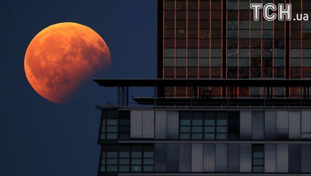 Reuters показало фото яскравого місячного затемнення 7 серпня