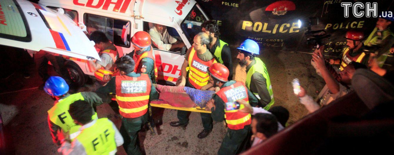 У Пакистані внаслідок вибуху бомби у вантажівці постраждали десятки людей