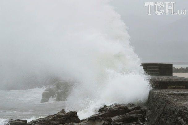 Тайфун в Японии и Вьетнаме: разбитые дома, размытые дороги и десятки жертв