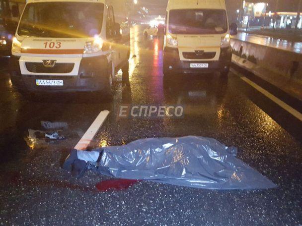 У Києві іномарка збила на смерть водія тролейбуса, який поправляв штангу
