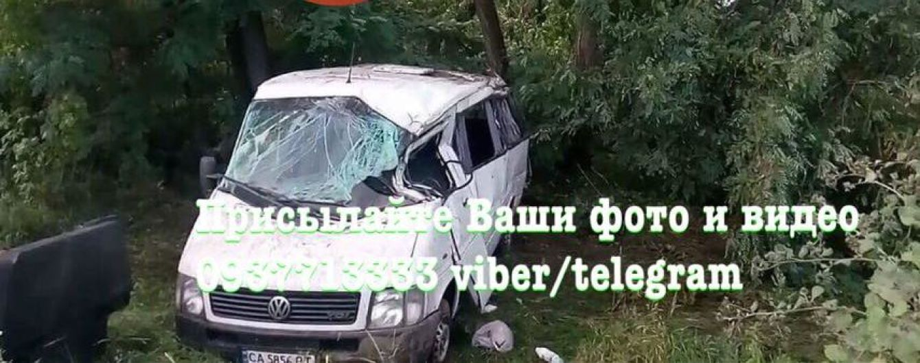 Под Киевом на Житомирской трассе микроавтобус с пассажирами слетел в кювет, пострадали 8 человек