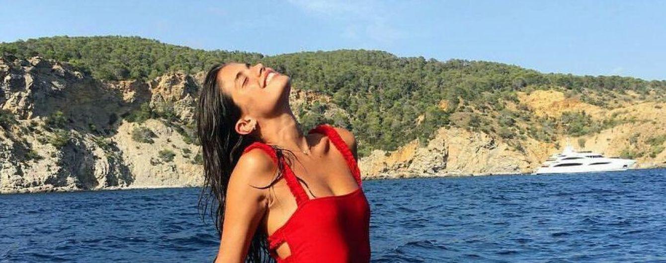 Брюнетка в красном: стройная Сара Сампайо загорает на яхте