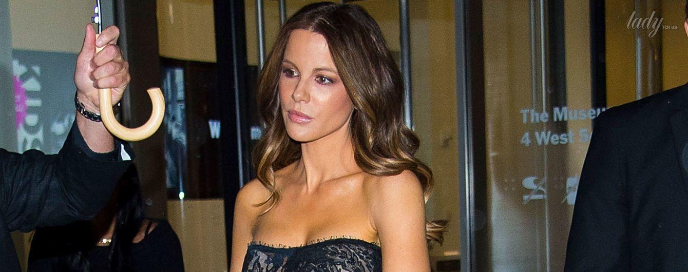 В кружевном платье и комбинезоне со смелым декольте: Кейт Бекинсэйл продемонстрировала эффектные образы
