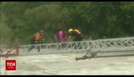 У штаті Техас водій на позашляховику потрапив у пастку бурхливої річки