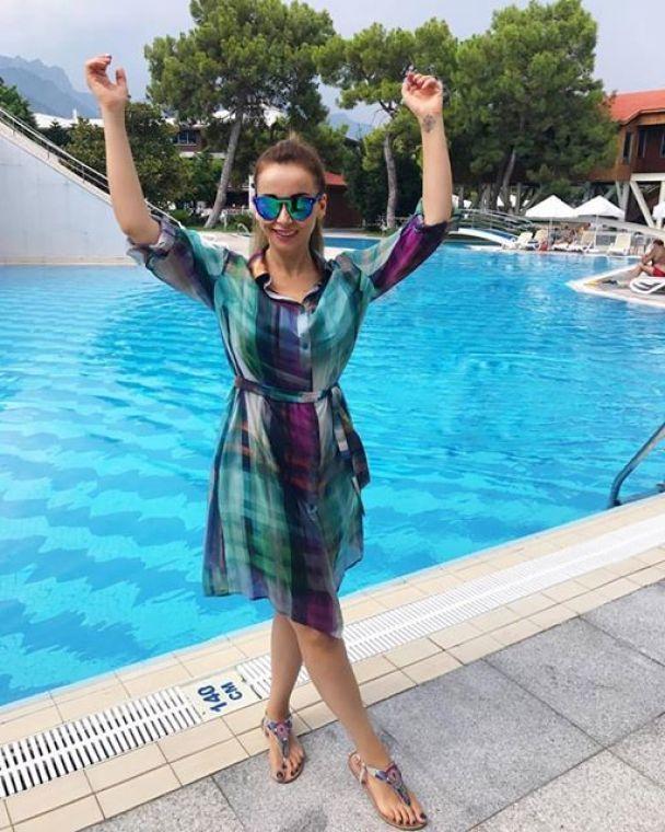 Засмагла Чехова похизувалася схудлою фігурою у купальнику
