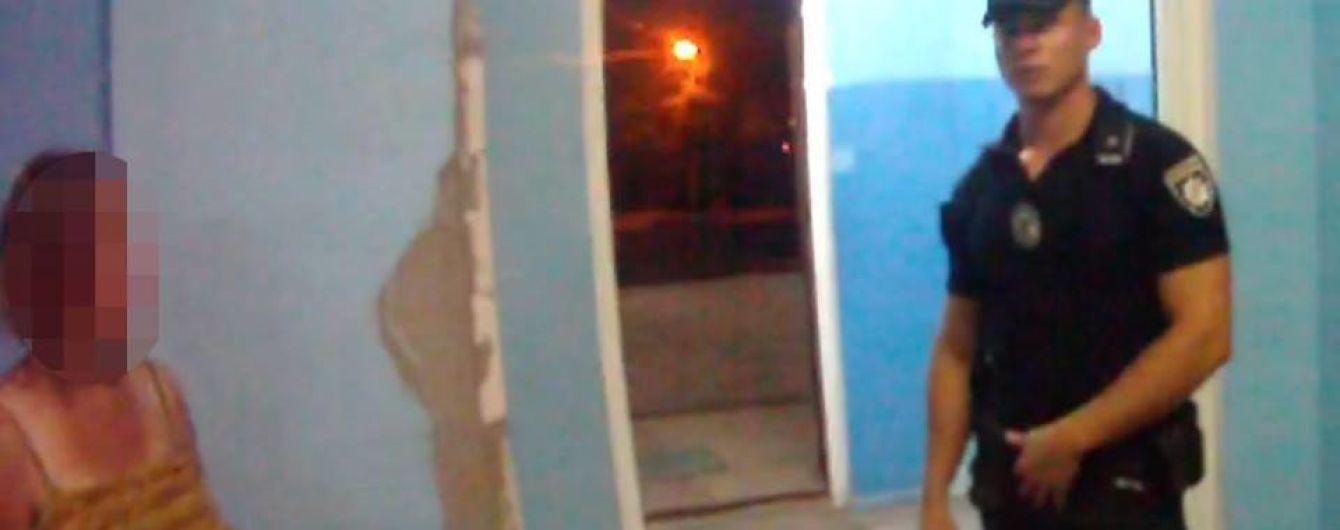 У Маріуполі патрульні допомогли вагітній, яку вночі вигнали з дому